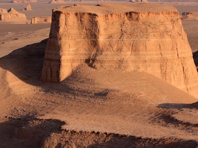 A Journey Through Iran's Desert Photos