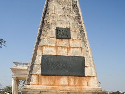 M R  Raymond Tombs