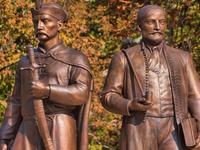 """Grupo de estatuas """"Nuestros antepasados"""""""