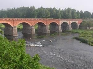 El puente de ladrillo viejo a través del río Venta