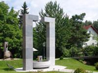 Urtlbecken mit Skulptur Der Gebückte