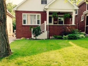 Great house close to UWO & downtow