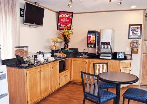 Econo Lodge Inn And Suites Ch