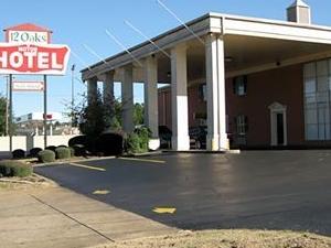 12 Oaks Motor Hotel