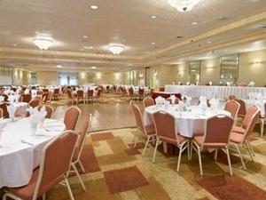 Glendale Heights Ramada Inn & Suites